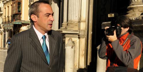 El TS reduce a una multa y diez años de inhabilitación la condena al juez Urquía