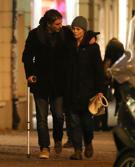 Vanessa Paradis Strolls Paris Streets Com namorado Samuel Benchetrit: Johnny Depp Romance esquecido, casal no amor?  (FOTOS)