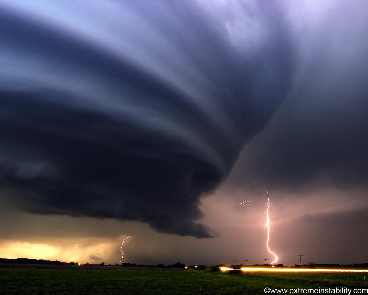 http://images2.fanpop.com/images/photos/6900000/Tornado-national-geographic-6968525-1280-1024.jpg