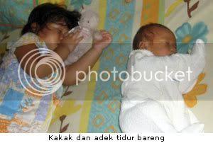 Kakak dan adek tidur bareng