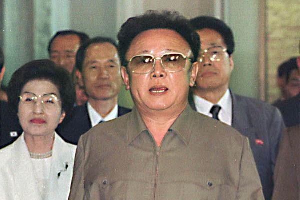 De acordo com as informações da TV estatal, Kim Jong-il morreu em virtude de excesso de trabalho mental e físico
