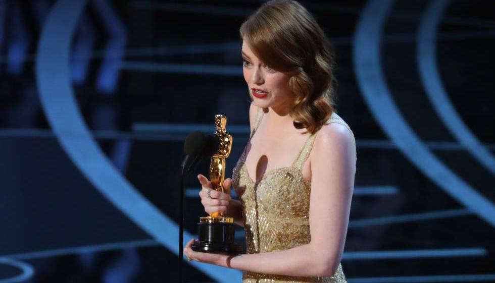 Emma Stone recoge la estatuilla por la película 'La La Land' como mejor actriz de reparto.