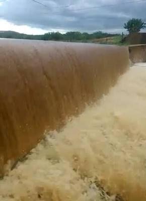 TARDE ABENÇOADA: Barragem transborda após chuvas deste sábado em São Vicente