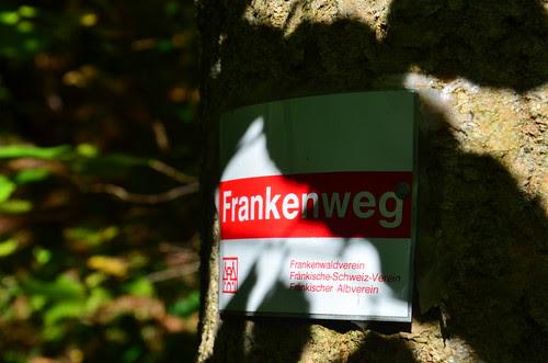 Am Baum ist der Hinweis Frankenweg angeschlagen