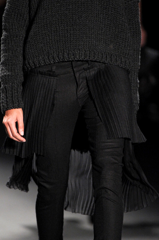 LE FASHION BLOG STYLE DARK DETAILS ALL BLACK  VERA WANG 2011 PLEATS BACK SKIRT SKINNY MOTO PANTS KNIT SWEATER NUDE NAILS RUNWAY