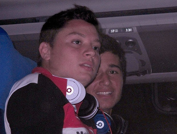 Adryan e Mattheus no desembarque do Flamengo na Bahia (Foto: Richard Souza / Globoesporte.com)