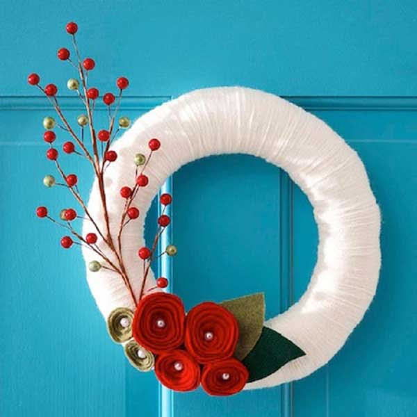Here is another wreath for Christmas decor made with white yarn. After