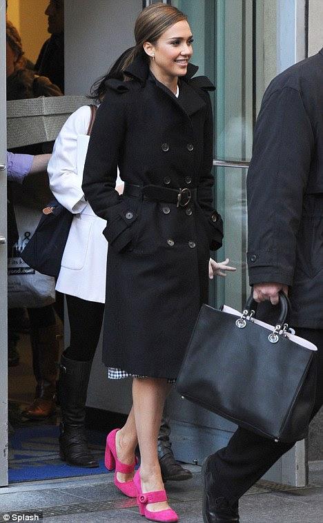 Pretty in pink: Jessica Alba acrescentou um toque de cor ao seu trench coat preto, depois de visitar Fox and Friends, em Manhattan hoje cedo