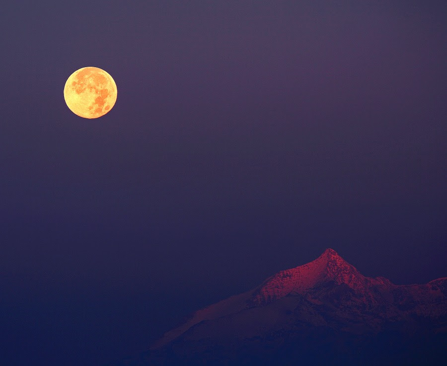 Φεγγάρι 'κυνηγού' (Hunter's moon) πάνω από τις Άλπεις. To Φεγγάρι 'κυνηγού' είναι η πλησιέστερη πανσέληνος στην φθινοπωρινή ισημερία.