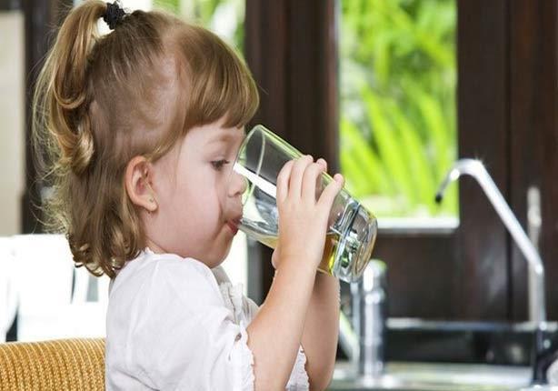 كم يحتاج طفلك من السوائل يومياً؟