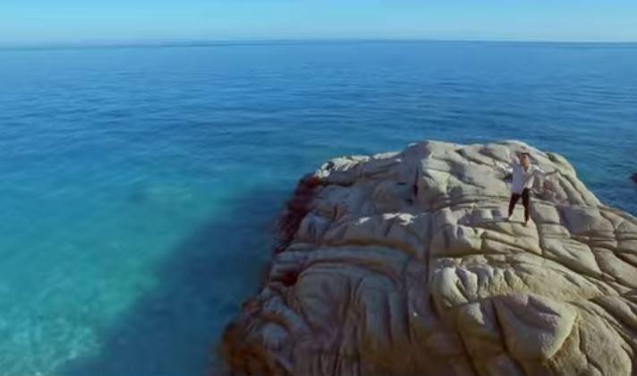 Το νέο βίντεο κλιπ του Πανταζή με φόντο τα καταγάλανα νερά της Ικαρίας
