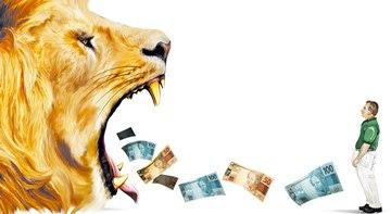 Crédito: Amaro Jr/CB/D.A Pres e Pablo Alejandro/Esp. CB/D.A Press. Leão ruge e saem pela sua boca cédulas de dinheiro na direção de um homem.