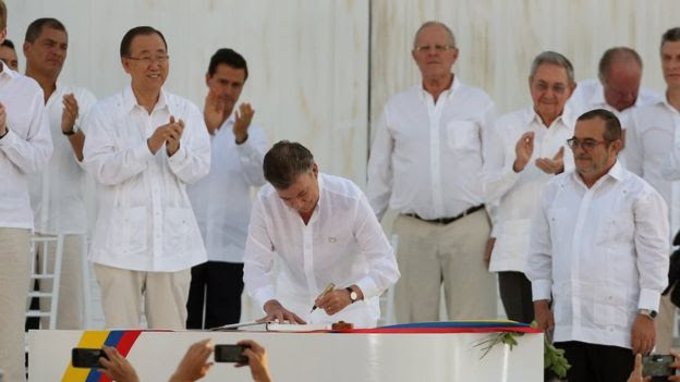 President signing peace agreement, 26 September 2016