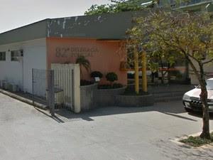 Caso foi registrado na 82ª DP (Maricá) (Foto: Reprodução/Google Street View)