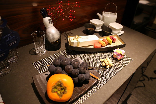 What a wonderful welcome ensemble! Sweet persimmon, Kyoho grapes, macarons, nuts and premium sake!
