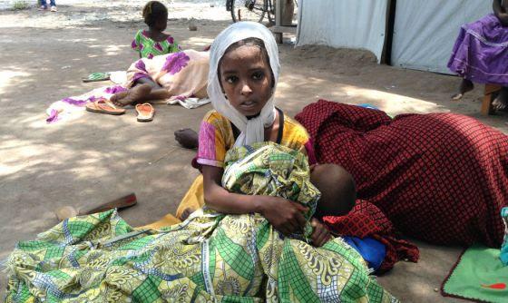 Una niña refugiada de República Centroafricana espera ser atendida en el centro de Salud del campo de Maingama (al sur de Chad).