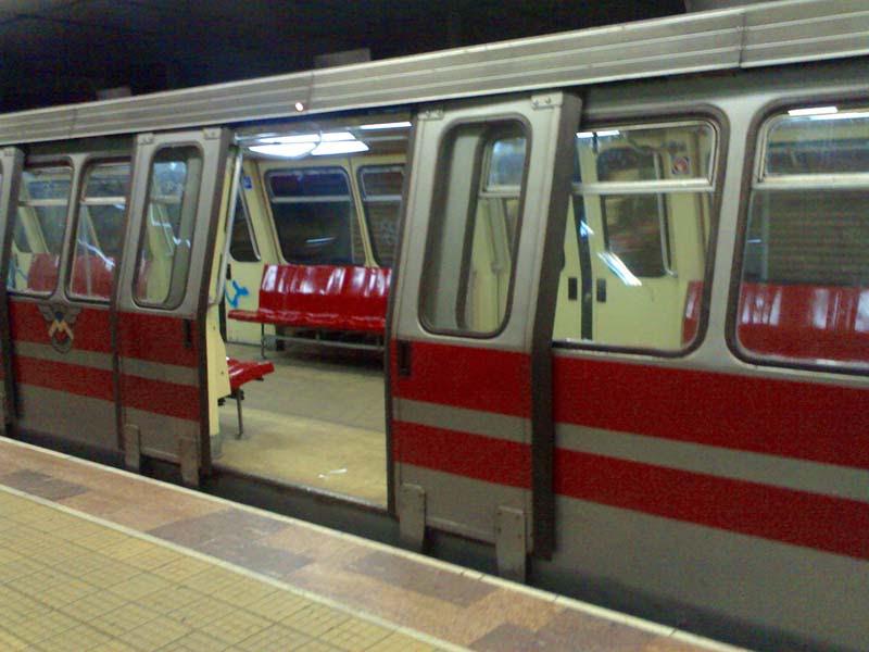 http://upload.wikimedia.org/wikipedia/commons/0/07/Metrou_vechi.jpg
