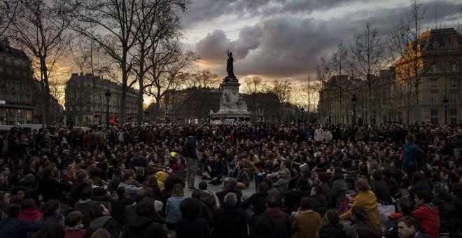 Vista general de los asistentes a un plantón del movimiento 'La Nuit Debout' (La Noche Arriba), en su cuarta noche consecutiva en París, Francia, para protestar contra la propuesta de reforma laboral, dirigida por la ministro francés del Trabajo, Myriam E