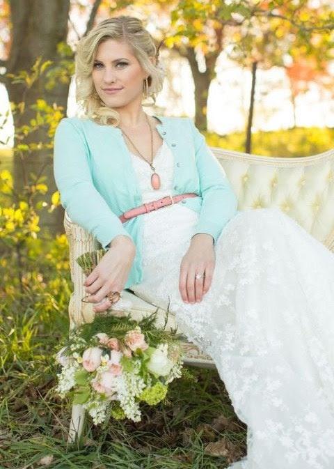ein mint-Strickjacke mit rosa Leder-Riemen für einen eleganten und femininen Braut-look