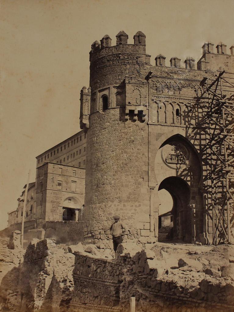 Restauración de la Puerta del Sol hacia 1865. Fotografía de Jean Laurent