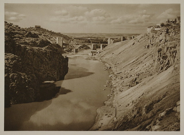 Puente de San Martín y río Tajo en la zona de Roca Tarpeya hacia 1915. Fotografía de Kurt Hielscher