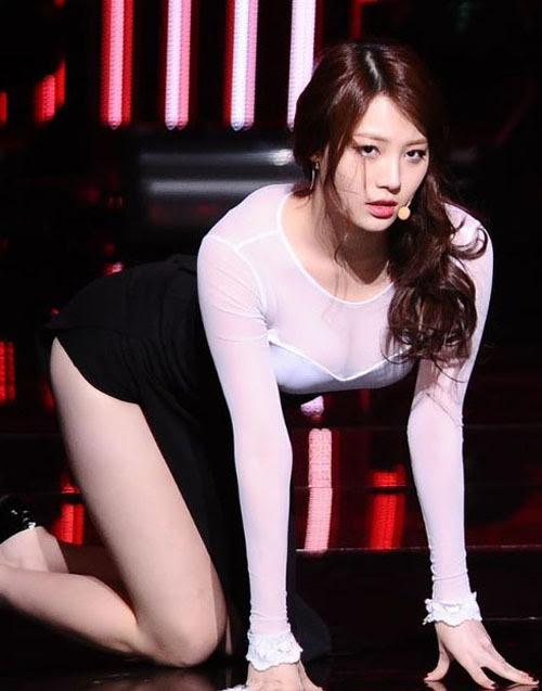 Các mỹ nữ luôn ăn mặc gợi cảm hết mức có thể khi lên sân khấu