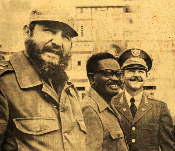O presidente Agostinho Neto em visita a Cuba, em 1976, acompanhado dos irmãos Castro | JA Imagens