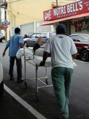 Funcionário da prefeitura leva paciente na maca para Santa Casa (Foto: Divulgação / TEM Você)