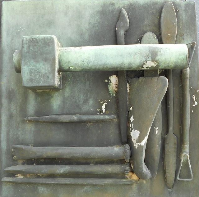 Strumenti di lavoro - tomba Virgilio Milani