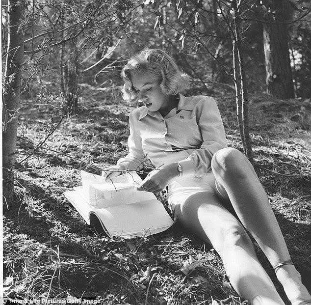 Estudioso: Fotógrafo Ed Clark disse Marilyn ler poesia durante sua sessão de fotos.  Aqui, ela parece à vontade no meio do mato