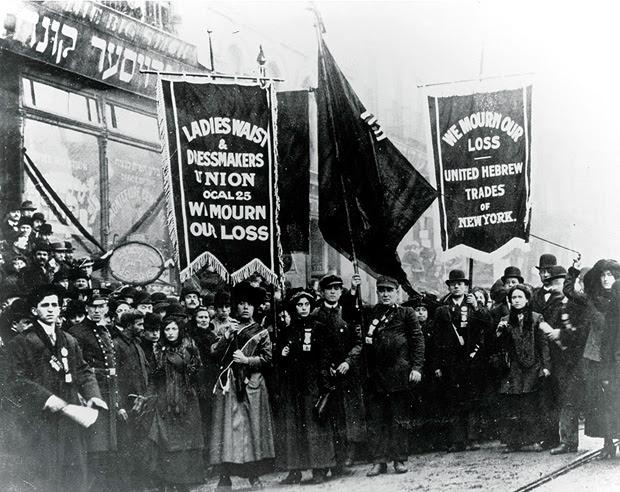 Membros do sindicato se reúnem para protestar e lamentar a perda de vidas no incêndio do edifício Triângulo Shirtwaist, em 25 de março de 1911, em Nova York (EUA)