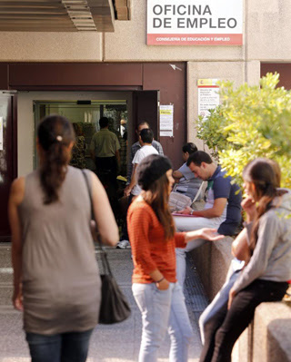 En la actualidad, la tasa mundial de desempleo joven es del 12,7%, del 52,1% en España - EFE