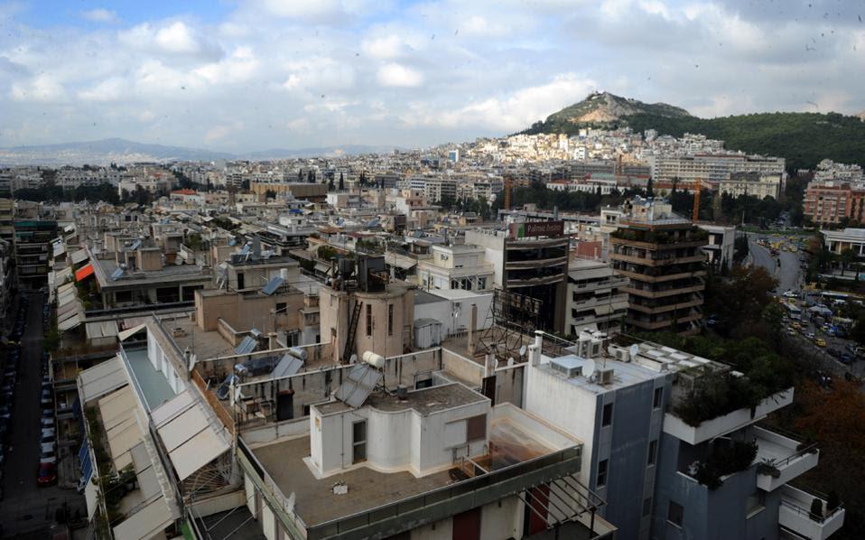 Αγοραστές αναζητούν το πού κατέληξαν τα εκατοντάδες χιλιάδες ευρώ που κατέβαλαν για να αγοράσουν τα σπίτια των ονείρων τους σε ακριβές περιοχές της Αθήνας.