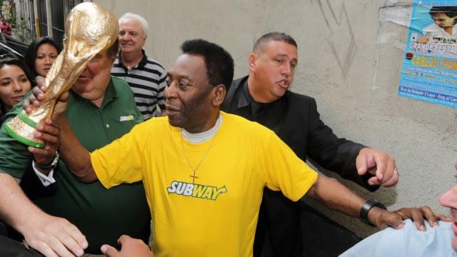 Pelé recebeu uma réplica da taça da Copa