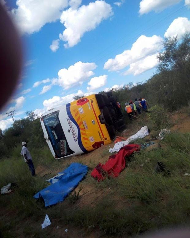 Dois ônibus colidiram em cidade na região central do país (Foto: Reprodução/Facebook/Mberengwa)