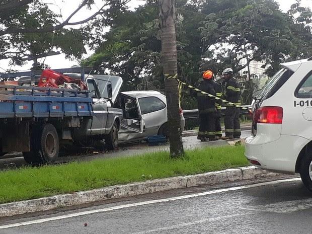 Batida entre caminhão, carro e motocicleta deixa feridos em São José dos Campos neste sábado (18). (Foto: Júlio Carvalho/Vanguarda Repórter)