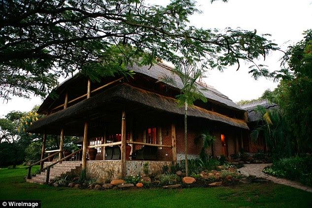 De acordo com os relatórios locais, ela chegou de jato particular com sua comitiva e é dito ter bloqueado o exclusivo Kumbali Country Lodge (na foto) antes da aparência na corte