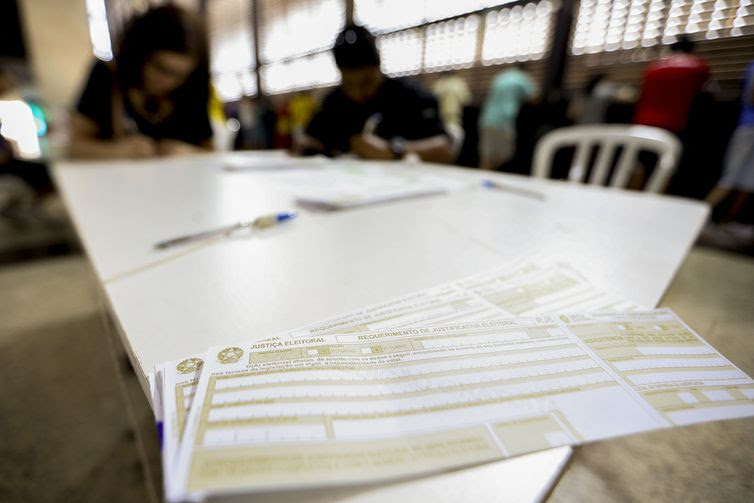 Eleitores justificam a ausência na votação em posto montado em shopping de Brasília.