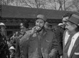 24 de abril. Fidel Castro disfruta de un hot dog en el Zoologico del Bronx, en Nueva York. Foto: Revolución.