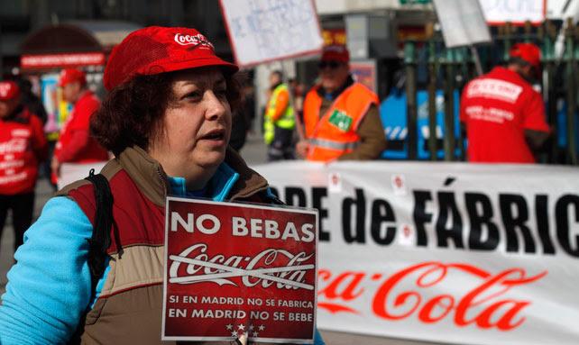 Una trabajadores de Coca-Cola en Fuenlabrada se manifiesta contra el cierre de la fábrica en la Puerta del Sol de Madrid.