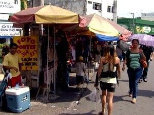 Camelôs ocupam vias públicas (Foto: Reprodução TV Amazonas)