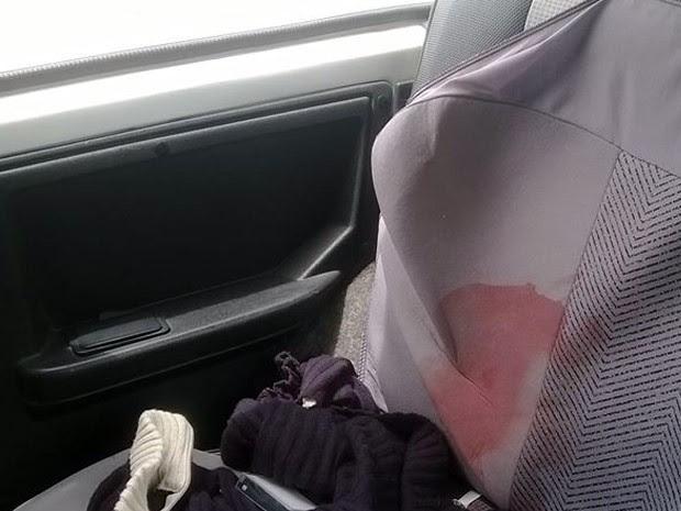 Banco traseiro do veículo ficou manchado de sangue (Foto: Pátio Sul Minas)