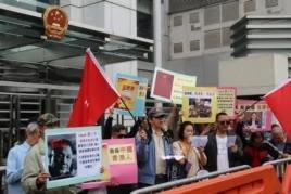亲北京香港市民到中联办示威支持乔晓阳(美国之音海彦拍摄)