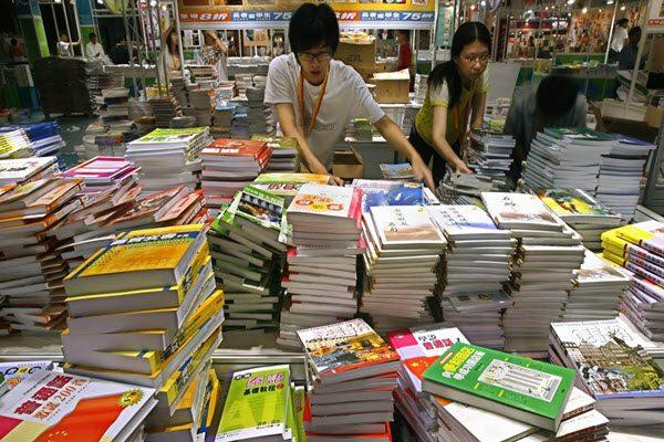 香港书展上的政治敏感书籍是每届书展的一大卖点 AP