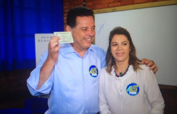 Marconi Perillo vota em escola de Palmeiras de Goiás