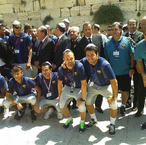 Los jugadores del F.C. Barcelona junto al Muro de las Lamentaciones