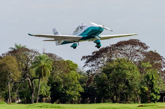 Decola primeiro avião elétrico tripulado da América Latina