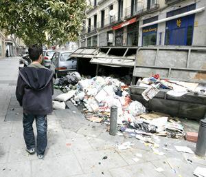 Varios contenedores volcados por los antifascistas. (Foto: Alberto di Lolli)