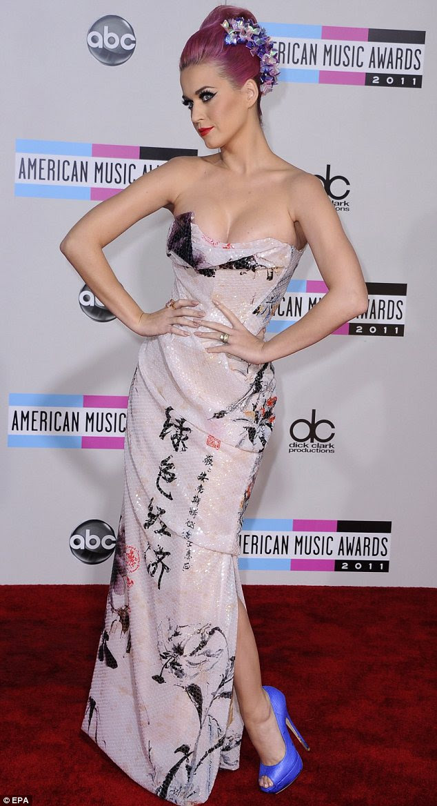 Quriky estilo: Katy Perry vestiu um conjunto invulgar composto por um vestido chinês impresso com saltos roxo e cabelo rosa