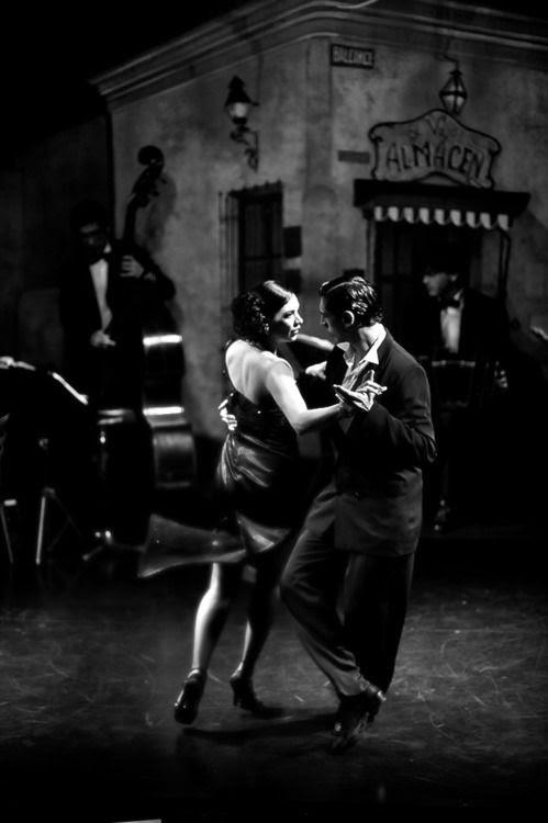 Foto preto e branco bonita capturar o humor ea paixão do 'dance' ...